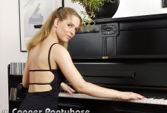 Melanie M. spielt Klavier in schwarzen Strumpfhosen