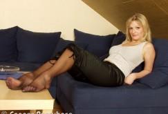 Nadine B.s Füße in schwarzen Strumpfhosen