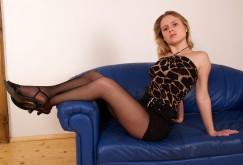 Veronika S. auf der Couch