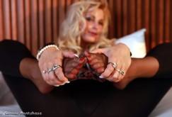 Cindy in Leggings