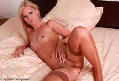 Bridget auf dem Bett in Nylons