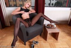 Miroslava spreizt die Beine in schwarzen Strumpfhosen