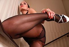 Zuzanas Strumpfhosenbeine auf der Treppe