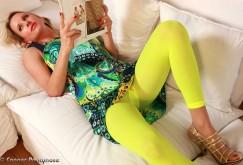 Crystal, die heiße MILF in ultratransparenten Strumpfhosen und Neon-Leggings
