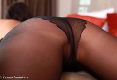 Melisa Mendiny im Bett mit schwarzen Strumpfhosen