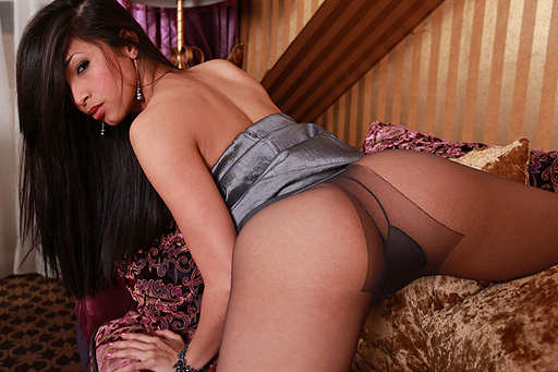 Ruth Medina flexible on the Couch