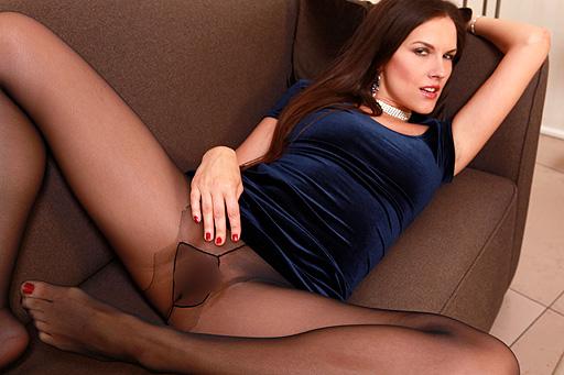 Zuzana P. in Strumpfhosen auf der Couch