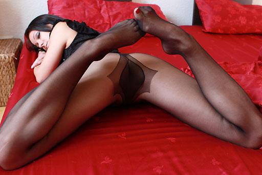 Melisa Mendiny in red bed