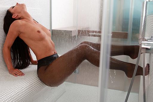 Melisa mit schwarzen Strumpfhosen unter der Dusche